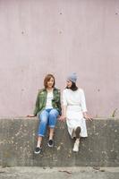 友達と話す20代日本人女性