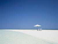 モルディブ 白い砂浜の白いビーチパラソル