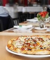 テーブルの上のピザ