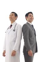 白衣を着た医師とスーツを着た男性