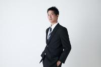 ポケットに手を入れる日本人ビジネスマン