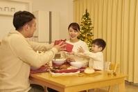 プレゼントを渡す日本人家族