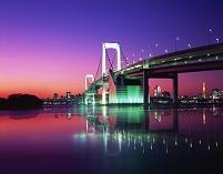 東京都 お台場 海に映るレインボーブリッジの夕景