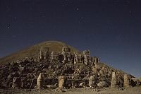 トルコ ネムルト山 巨大神像がならぶ山頂東側の神殿と転げ落ち...