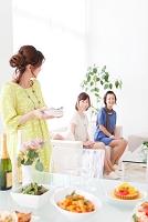 笑顔で会話する日本人女性