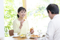 朝食を食べる中高年夫婦