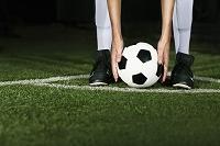 夜間試合の外国人サッカー選手