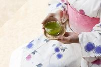 冷茶を持つ浴衣の女性