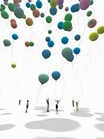 カラフルな沢山の風船を飛ばす