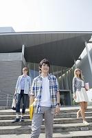 校舎前の階段に立つ大学生と留学生