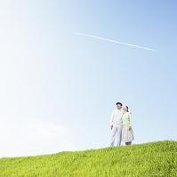 丘の上に立つシニア夫婦