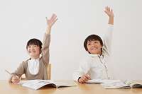 挙手をする日本人の子供