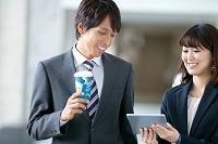 タブレットを見る日本人ビジネスパーソン