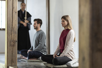 座禅を体験する外国人カップル