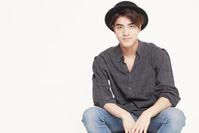 帽子をかぶった若い男性