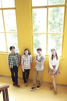 階段の踊り場に佇む男女大学生