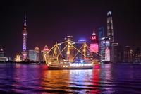 上海 黄浦江と高層ビル群の夜景