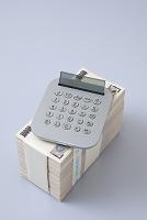 1000万円の札束と電卓