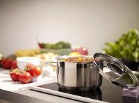 鍋でトマトを調理