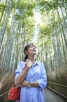 京都を旅する笑顔の日本人女性