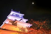 福島県 紅葉のライトアップの鶴ヶ城と月