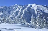 北海道 十勝岳温泉の樹氷と富良野岳