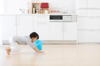 床を拭いている日本人の女の子