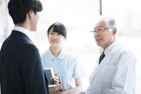 MRと話をする医者と看護師