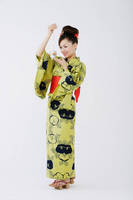 金魚と若い日本人女性
