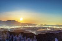 長野県 冬の美ヶ原から浅間山方面の夜景とスーパームーン