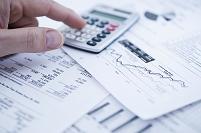 電卓と金融グラフ