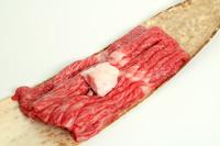 竹の皮にのった牛肉