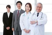 笑顔の医師とビジネスマン