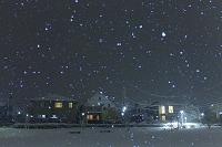 広島県 雪降る夜の住宅街