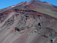 富士山7号目下の宝永火口より山頂を望む