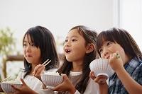 ご飯を食べる日本人の子供達