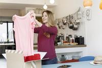 ネットショッピングでTシャツを買う若い女性