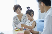 折り紙で遊ぶ日本人家族