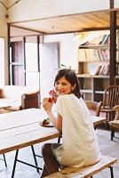 カフェで食事をしている女性