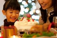 クリスマスパーティーを楽しむ母娘
