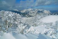 三重県 竜ガ岳の樹氷と鈴鹿北部の山々