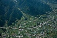 勝沼の扇状地と中央高速道路(釈迦堂パーキング付近)