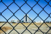 フェンス越しの東京オリンピック施設建設予定地と豊洲周辺のビル群