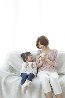 コーヒーカップを持つ母と子