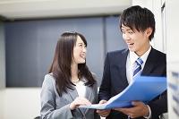 ファイルを見る日本人ビジネスパーソン