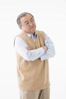 悩んでいるシニアの日本人男性