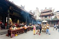 台湾 龍山寺 香炉と三宝仏