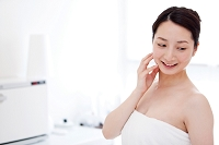 頬に手をあてる笑顔の日本人女性