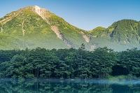 長野県 上高地の大正池と焼岳