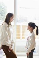 子供部屋で話をする日本人親子